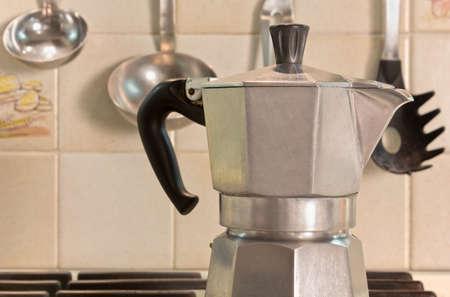 Primer plano de una cafetera italiana en la estufa en una cocina de casa