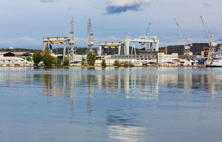 MONFALCONE, Italië - 6 november 2013: Zicht op de scheepswerf Monfalcone, een van de grootste in Italië, gespecialiseerd in de bouw van gigantische cruiseschepen Redactioneel