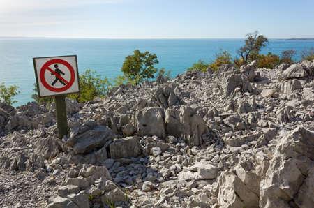 prohibido el paso: No trespassing sign on the Rilke seaside panoramic trail near Trieste, Italy Foto de archivo