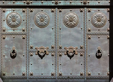 Close-up of the richly decorated main entrance of the synagogue in Trieste, Italy Imagens