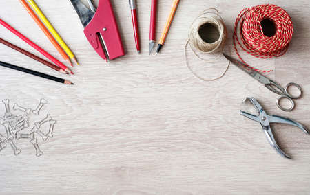 engrapadora: Desktop mockup, top view, with colorful stationery and central copy space, on wooden background Foto de archivo