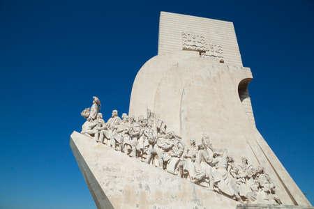 descubridor: Monumento Discovery en Belem de Lisboa. El momument muestra Enrique el navegante en la vanguardia y celebra la era portuguesa de descubrimiento.