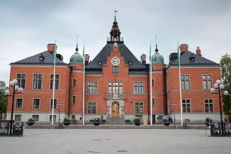 bandera de suecia: La Casa de Ciudad en Umea, Suecia, con nubes en el fondo.