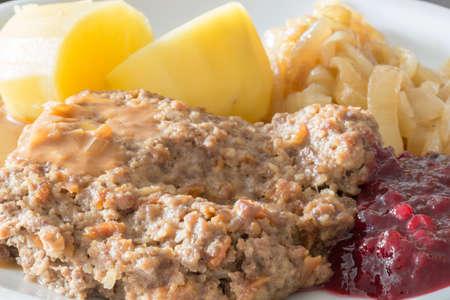 pastel de carne: Pastel de carne con patatas, cebollas caramelizadas y mermelada de ar�ndano rojo Foto de archivo