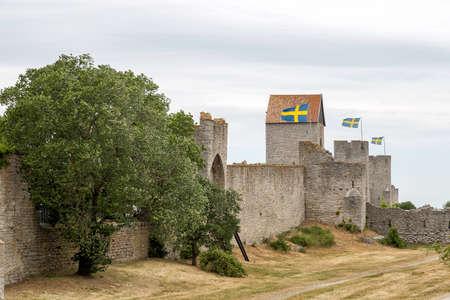 ヴィスビーの町の壁のスウェーデンのゴットランド フラグを設定します。 写真素材 - 82113627