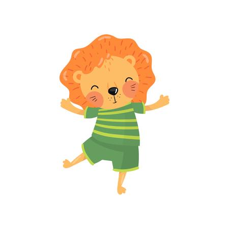 Postać z kreskówki lwa dziecka w zielony t-shirt w paski i szorty. Zabawne dzikie zwierzę z pomarańczową grzywą, małymi zaokrąglonymi uszami i wesołą kufą. Kolorowy projekt płaski wektor.