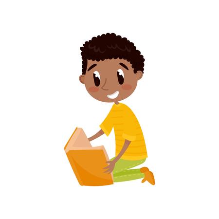 Netter Junge, der auf dem Boden sitzt und ein Buch-, Bildungs- und Wissenskonzept, bunte Zeichentrickfilm-Figur-Vektorillustration auf einem weißen Hintergrund liest.
