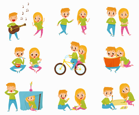 Platte vector set met kleine jongen en meisje in verschillende acties. Fietsen, een boek lezen, ontbijten, verstoppertje spelen