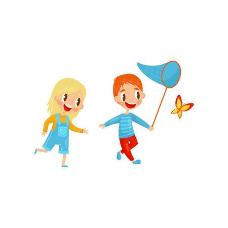 Niños felices atrapando mariposas. Chico y chica lindos. Recreación activa de verano. Actividad al aire libre. Diseño vectorial plano