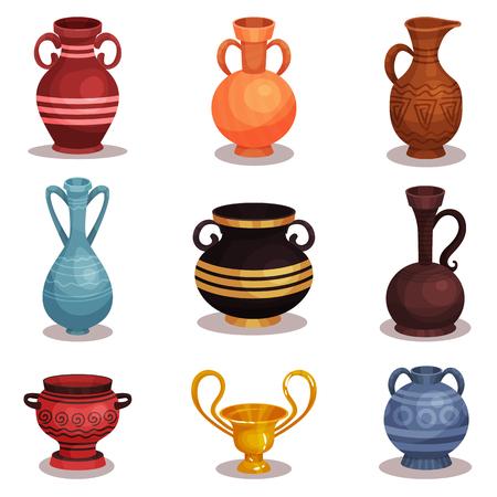 Insieme di vettore piatto di varie anfore. Antiche ceramiche greche o romane per vino o olio. Vecchie brocche di argilla con ornamenti. Coppa dorata lucida