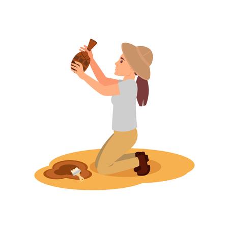 Arqueólogo de la mujer de pie sobre las rodillas con la jarra de cerámica antigua en las manos. Excavaciones arqueológicas. Diseño vectorial plano