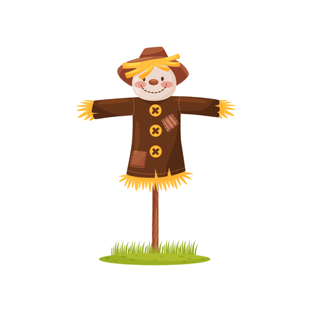 Spaventapasseri divertente fatto di paglia con la faccia sorridente, vestito con camicia marrone e cappello. Figura umana per spaventare gli uccelli dal campo. Illustrazione piatto isolato su sfondo bianco. Disegno vettoriale dei cartoni animati.