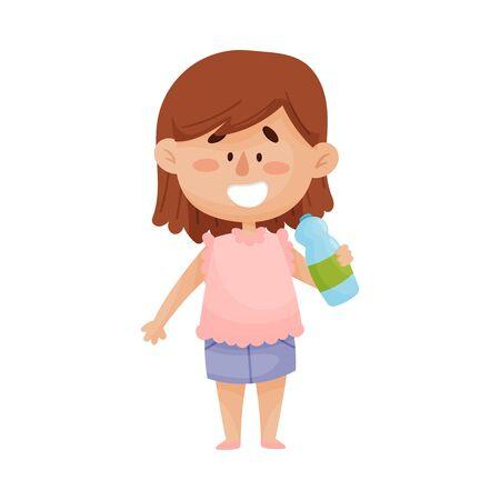 Heureuse petite fille aux cheveux noirs debout et de l'eau potable à partir d'une bouteille en plastique Illustration vectorielle Vecteurs