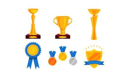 Différentes sortes de coupes dorées, trophées et signes commémoratifs. Divers design, sur socles. Ensemble d'illustrations vectorielles, isolé sur fond blanc. Vecteurs