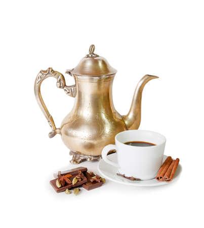 taza de café: Cafetera, taza de café con especias y trozos de chocolate aislado en blanco Foto de archivo