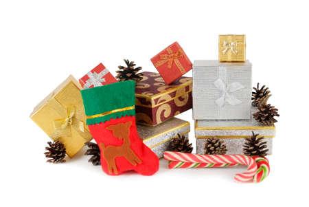 botas de navidad: Regalos de Navidad y el calcet�n de Navidad aislado en blanco Foto de archivo