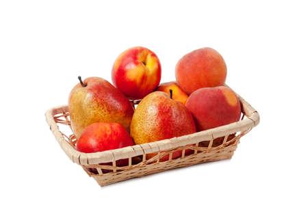 canasta de frutas: Frutas en una cesta aislados sobre fondo blanco Foto de archivo