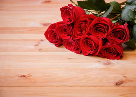 Red roses on wooden table. Selective focus. View with copy space. Standard-Bild