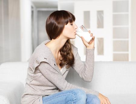 glass milk: Jeune femme de verre � boire du lait