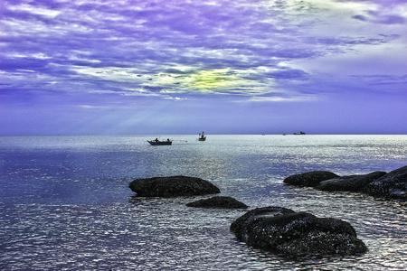 man fishing: pesca del hombre en la salida del sol hermosa