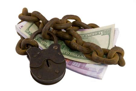 shackled: Grilletes dinero bajo llave como s�mbolo de la seguridad de su dinero Foto de archivo