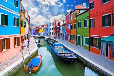 canal house: Venezia, Burano canale, le piccole case colorate e le barche
