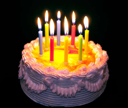 tortas cumpleaÑos: pastel apetitoso fiesta con las velas de luz de colores sobre fondo negro