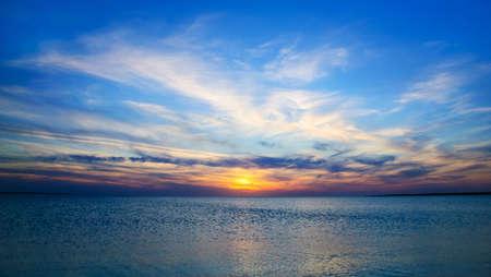horizonte: Puesta del sol brillante paniramic bajo el mar