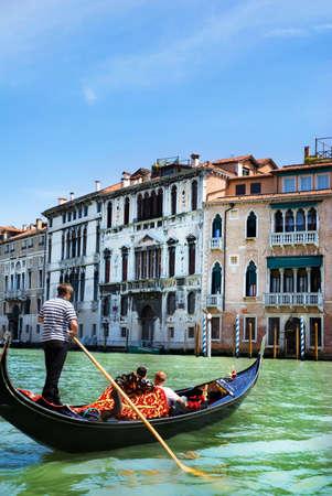여름 밝은 날, 이탈리아에서 곤돌라 베니스 운하 스톡 콘텐츠