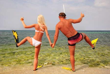 남자와 여자는 여름 해변에서 다이빙으로 이동