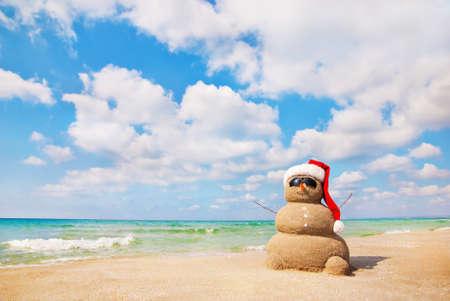 サンディ雪だるま。新年の休日の概念を使用できるとクリスマス カード 写真素材