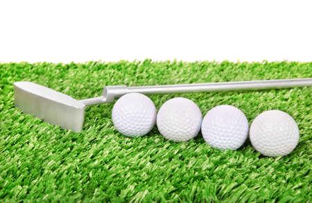 골프 공 및 녹색 잔디에 클럽