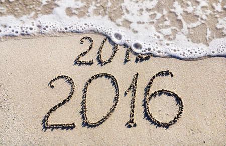 2016 행복 한 새 해가 바다 해변에 2015 년까지 개념을 대체