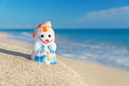 Smiley zabawka bałwan na morzu plaży. Koncepcja wakacyjne i na Nowy Rok Kartki świąteczne. Zdjęcie Seryjne
