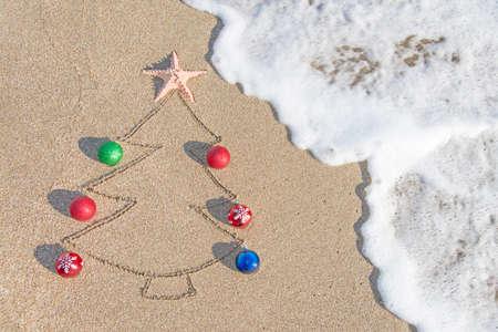 크리스마스 트리 컨투어 장식, 스타와 해변 - 휴가 휴가 개념에 웨이브 스톡 콘텐츠