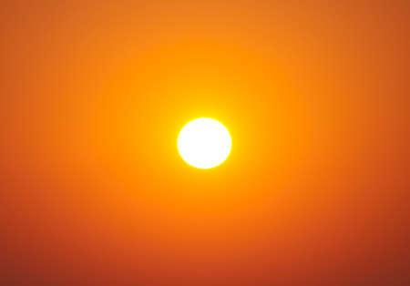 노란 오렌지 그라데이션 색으로 하늘에 밝은 큰 태양