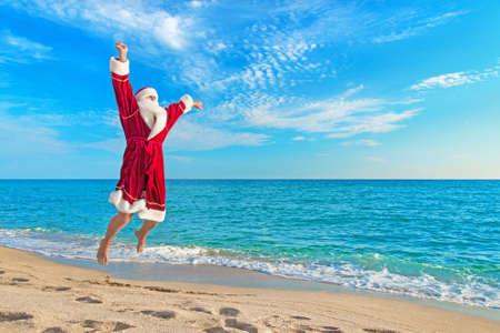 산타 클로스 바다 해변과 하늘을 - 크리스마스 개념에 대하여 비행