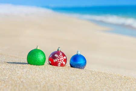 파도에 대 한 바다 해안에 크리스마스 트리 장식