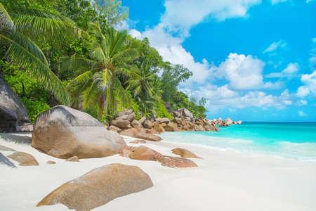 Tropisch strand Anse Georgette op het eiland Praslin, Seychellen - vakantie achtergrond