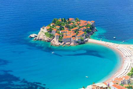 Budva의 남동쪽에있는 Sveti Stefan airview, 섬 및 호텔 리조트. 발칸 반도, 아드리아 해, 유럽. 여행 목적지 배경입니다.