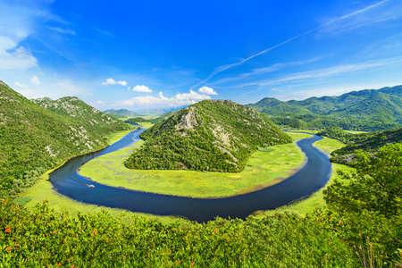 Canyon van Rijeka Crnojevica rivier in Skadarmeer National Park. Eén van de meest bekende standpunten van Montenegro. The Green Piramide en de bocht van de rivier tussen de bergen. Stockfoto