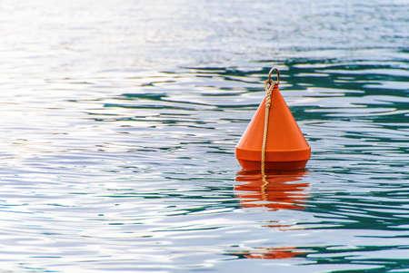 bouée rouge sur la mer, vagues, fond Banque d'images