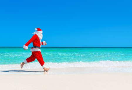 산타 클로스 파도 열 대 바다 해변 모래에서 실행 파도 밝아진, 크리스마스와 새 해의 여행 목적지 개념