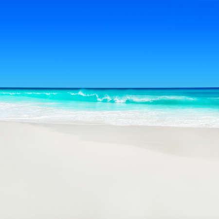 Paisaje marino de Seychelles, isla de Praslin, playa tropical Anse Georgette con arena blanca y agua turquesa del océano Índico.