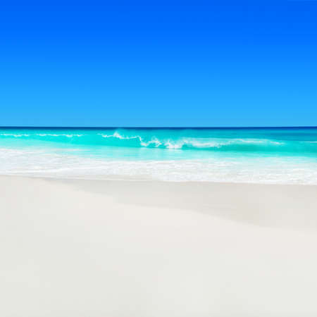 Paysage marin des Seychelles, île de Praslin, plage tropicale Anse Georgette avec sable blanc et eau turquoise de l'océan Indien.