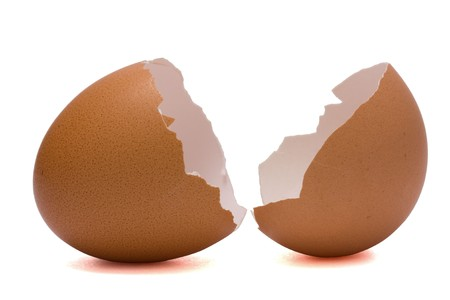 gallina con huevos: C�scara de huevo roto aislado en blanco