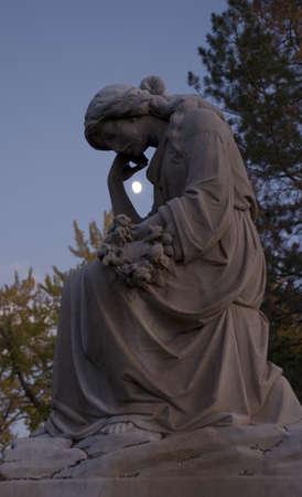 Estatua de una mujer con la luna en el fondo  Foto de archivo - 1963267