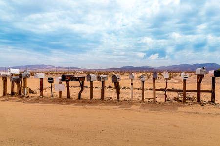 rusty: Viejos buzones de los Estados Unidos a lo largo de la ruta 66 - Cuadro hecho durante un viaje por carretera de la motocicleta de California sobre Arizona a Nevada