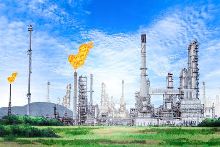 青空背景には、石油化学プラント、石油上のフレア スタックと石油と天然ガスの精製プラント