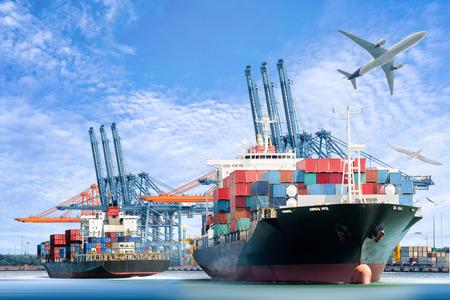 Container Vrachtschip en Cargo vliegtuig voor logistieke import export achtergrond en transport. Stockfoto